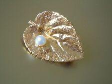 Vergoldete hochwertige Blatt Brosche mit echter Perle 5,6 g / 4,1 x 2,9 cm