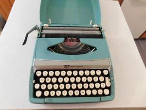 SMITH CORONA CORSAIR DELUXE TYPEWRITER AQUA BLUE WORKS NO DAMAGE