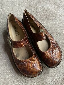 Alegria Paloma PG Lite Mary Jane Snake Embossed Patent Leather Womens 39,9 Brown