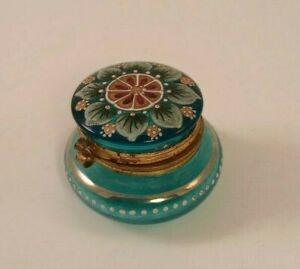 ANTIQUE HAND PAINTED ENAMEL GREEN GLASS HINGED TRINKET/PILL BOX/JAR