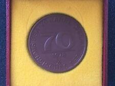 MEISSEN weiße Porzellan Medaille im Etui 70 Jahre VEB Sächsisches Serumwerk DDR