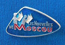 RUSSIAN NESPAPER IN FRENCH, MOSCOW NEWS, LES NOUVELLES DE MOSCOU, Vintage badge