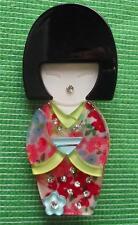 Fièvre de la qualité lucite art déco Geisha Kokeshi LADY broche pin en qualité boîte (e)