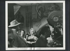 ZSA ZSA GABOR + ORSON WELLES CANDID ON SET OF TOUCH OF EVIL - 1957 VINTAGE PHOTO