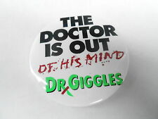 VINTAGE PROMO PINBACK BUTTON #84-056 - MOVIE - DR GIGGLES - OUT OF HIS MIND