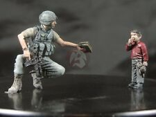 Djiti's 1/35 US Soldier giving a book to a Middle Eastern Kid (2 Figures) 35006