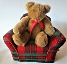 Music box plush bear on fabric couch ( Music box pluche beer op stoffen bank)