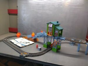 THOMAS AND FRIENDS TRACK MASTER 1992 TOMY ENGINE WITH FIERY RESCURE PLAYSET