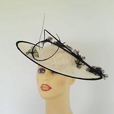 Señoras Formal Boda Hatinator Fascinator de la Sombrero Carreras Ivory Crema Flores Negras