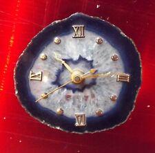 Ancienne pendule à quartz monté sur le cylindre de pierre taillée bleue vintage