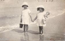 BM085 Carte Photo vintage card RPPC Enfant plage poupée soeur habit identique