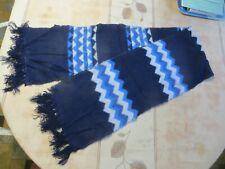 Écharpe bleue et blanc avec zig zag =  POIDS : 72 grs LONGUEUR 79 cm LARGEUR 25