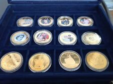 X12 COMMEMORATIVE GOLD PLATED PICTURE CROWN/FIFTY PENCE/$1 DOLLAR COINS IN BOX