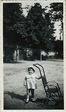 PHOTO ANCIENNE - VINTAGE SNAPSHOT - ENFANT CHAISE POUSSETTE MODE DRÔLE - CHILD