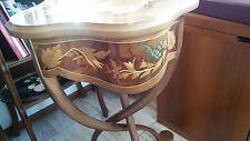 Bellissimo colonna-tavolino riccamente intarsiato