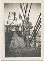 Foto Soldat  der Luftwaffe mit Schiffchen  auf einer  Brücke  2.WK   (W237)