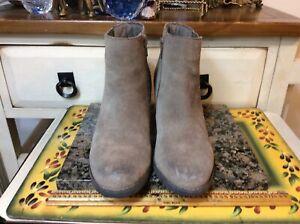 Women's Clark's 66866  Artisan Brow Suede  zip up Ankle Boots  Booties Sz 6.5M
