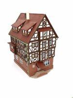 Großes Fachwerkhaus mit Erkern, Uhr und Ausstattung BELEUCHTET Spur N D0650