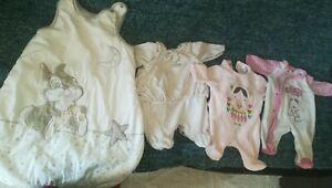 Lot 10 Vêtements Fille Naissance(pyjamas,bodys..)+ Gigoteuse 0/6 mois