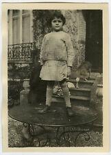 PHOTO ANCIENNE - ENFANT TABLE CHIEN GAG CURIOSITÉ - CHILD FUNNY-Vintage Snapshot