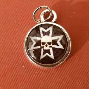 1  petit Pendentif   Argenté Motif croix de fer iron cross skull tête de mort