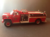 Chevrolet Heavy-Duty Fire Truck Highway61 Feuerwehr 1:16 + 4 Figuren 1:18 OVP