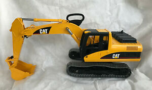 """BRUDER 2004 TOY EXCAVATOR CATERPILLAR CAT 1:16 SCALE 29"""" LONG W/EXTENDED BUCKET"""