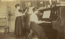PHOTO ANCIENNE - VINTAGE SNAPSHOT - FEMME MODE MUSIQUE PIANO VIOLON BOURGEOISIE