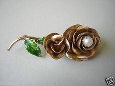 Vergoldete Brosche ROSE mit echter Perle Blätter grün emailliert 20/12 KGF 8,9 g