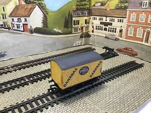 PECO OO Gauge FYFFES BANANA Closed Wagon. Complete. (b)