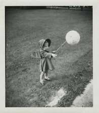 VINTAGE PHOTOGRAPH SMALL GIRL WITH BALLOON 1940s-50s