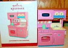 A KITCHENETTE FOR CHRISTMAS 2013 HALLMARK ORNAMENT PINK COOKING TOY STOVE