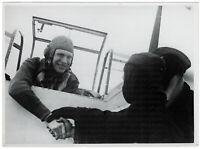 Glückwunsch bei der Landung. Orig-Pressephoto, von 1940