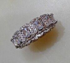 Gorgeous Women's  Silver Band Ring Sz 8  (alianza chapada en plata y circonitas)