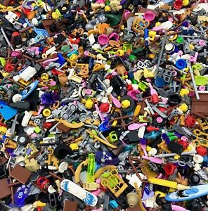 LEGO LOT OF 100 NEW LEGO MINIFIGURE ACCESSORIES HEADS HAIR WEAPONS MORE