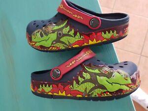 Crocs  clogs Schuhe ca.29/30/31 C10 blau mit Dino Flammen rechte Seite blinkt