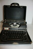 Vintage Underwood Universal Typewriter in carrying case