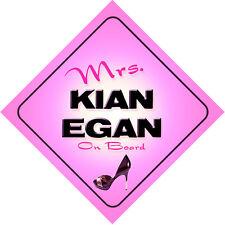 La Sra. Kian Egan a bordo Rosa Bebé Coche Señal