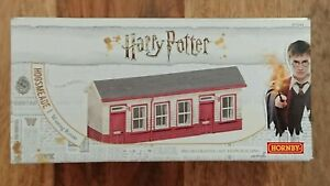 Hornby R7233 Harry Potter Hogsmeade Waiting Room Pre-Decorated Cast Resin Buildn