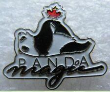 Pin's Animal Le Panda Magic Sur le dos Avec Feuille Erable embleme Canada #A2