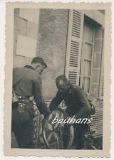 Foto Frankreich Soldaten-Fahrrad Reifenwechsel  2.WK (b139)