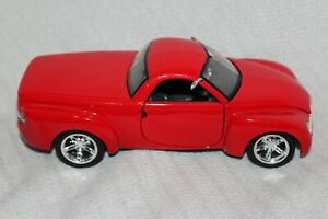 Maisto 1/25 Scale Diecast Truck Red 2000 Chevrolet SSR Concept Product # 34900K