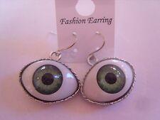 Ohrring mit grüner Kunststoff Pupille auf weißem Augen Edelstahlfassung 3443