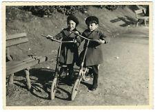 photo snapshot vers 1950 enfants à trottinette jeux / garçons