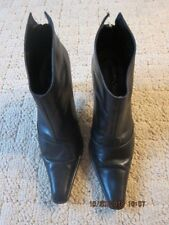 GAMA STUDIO BLACK LEATHER POINTED TOE ANKLE BOOTS W/REAR ZIP (8.5)