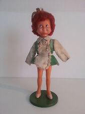 Sehr alte Plastik Puppe auf Sockel mit roten Haaren