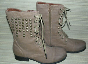 SPOT ON WOMENS TAN LACE UP/ZIP SYNTHETIC STUDDED COMBAT BOOTS SIZE:5/38(WB3560)