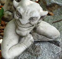 gargouille en pierre reconstituée,regarde à gauche,méfiance,superbe