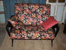 Salon vintage canapé et fauteuil pieds compas 1960 skaï kitsch fleurs banquette