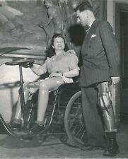 Prothèse amputation fauteuil roulant v. 1950 femme homme 2 photo photographie